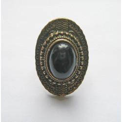 Svart sten med guldkrans